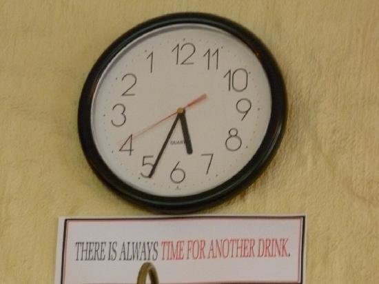 Drink Bar & Grill : confusing clock behind bar