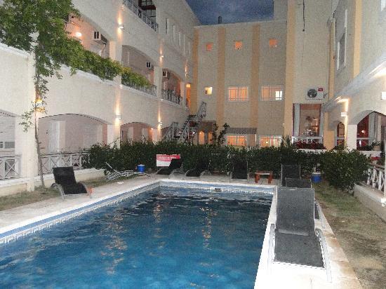 Solares Del Alto Hotel: la piscine le soir