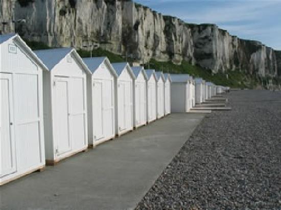 Seine-Maritime, France: la plage de galet a marée haute et ses cabines de plage