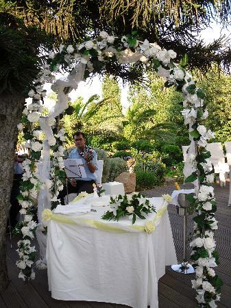 Sunrise Beach Hotel: Our flower arch