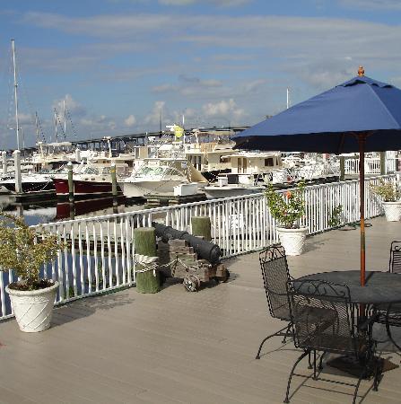 Legacy Harbour Hotel & Suites: Sundeck