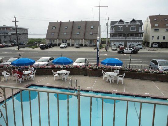 Clipper Ship Motel: Pool and ocean