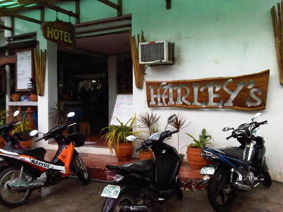 Harleys Hotel & Restaurant: Entrance near Baloy beach road