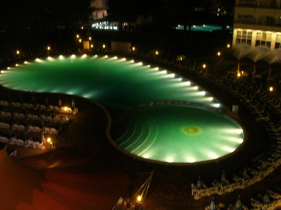 Hotel Riu Helios: Pool by night
