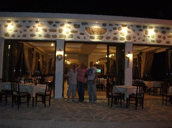 Flora Choriatiki Taverna: Me and Friends at the Taverna