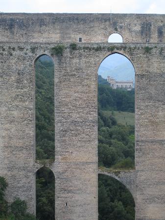 Spoleto, Italy: Il Ponte delle Torri e la Chiesa di San Pietro