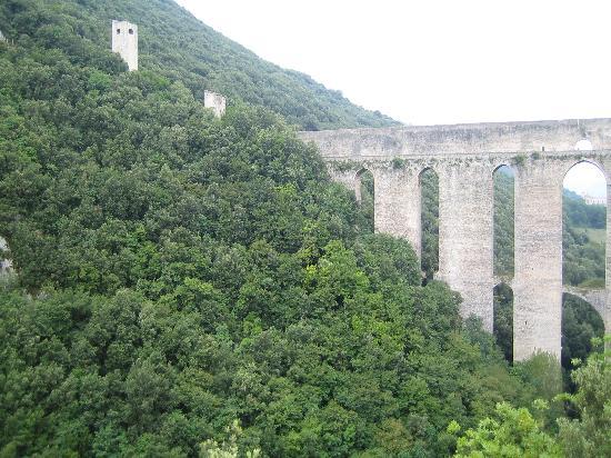 Spoleto, Italia: Il Ponte delle Torri ed il Fortilizio dei Mulini.