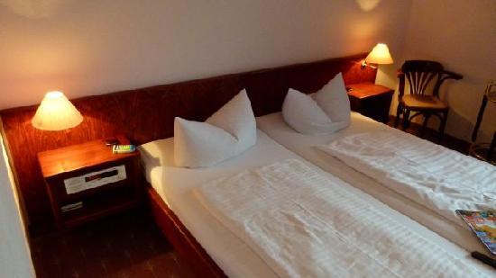 Waldhotel & Restaurant Bergschlosschen: Bett mit Geräusch