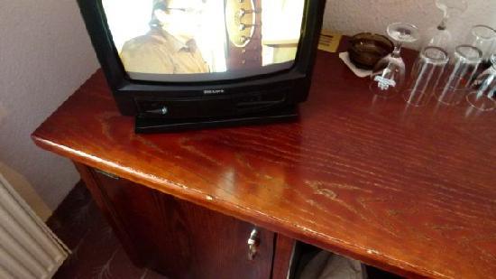 Waldhotel & Restaurant Bergschlosschen: Fernseher und Tisch mit Gebrauchsspuren