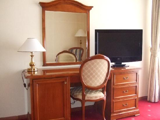 Hotel Niko: working table and flat TV set