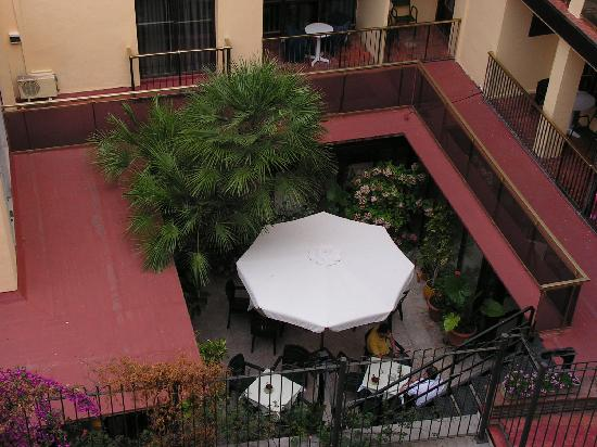Hotel Mercedes : vue de la chambre sur la mini terrasse de l'hôtel