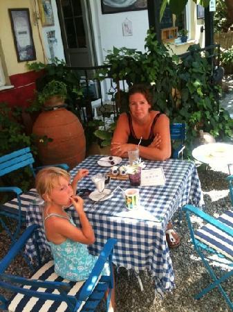 Dalyan Iz Cafe: Ladies are enjoying the shadow