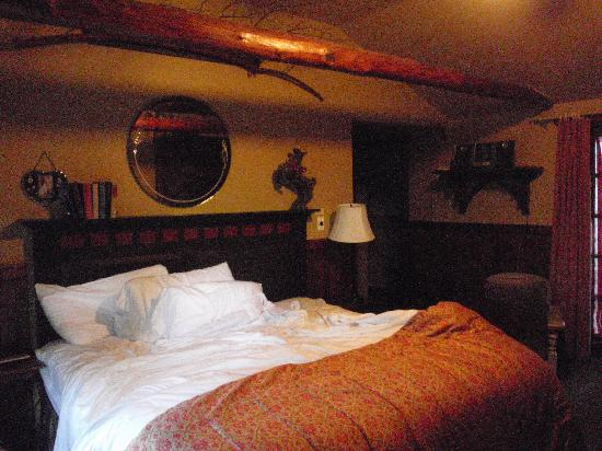 Highland Haven Creekside Inn: adorable room