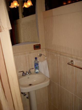 Hotel Premier : pedestal sink
