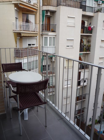 balcon avec vue sur cour - Photo de 08028 apartments, Barcelone ...