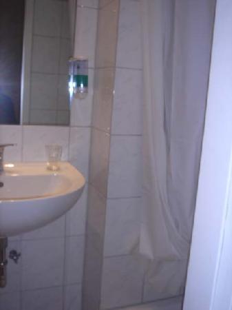 Hotel 66: Eso es la ducha, y lo del lado el marco de la puerta