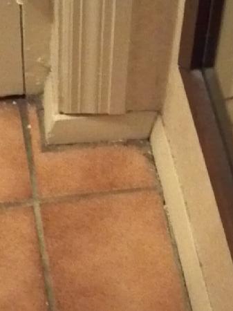 Ramada New Hartford: Dirt or mold in corners in main bedroom.