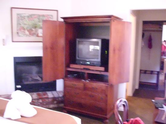 Paso Robles Inn: fireplace and TV