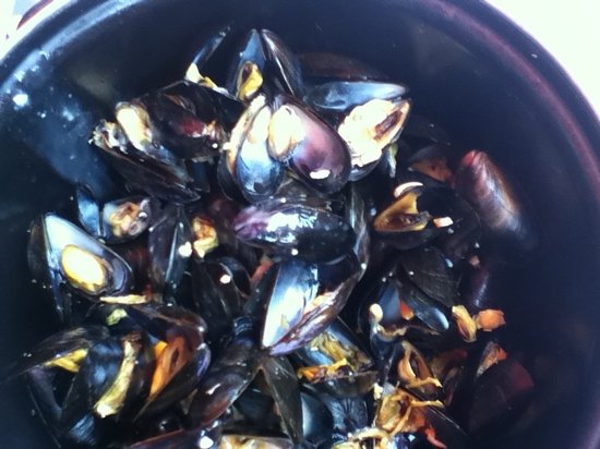 Le Comptoir du Port : after a third of the pot was emptied of empty shells the mussels were congeled into clumps of sl