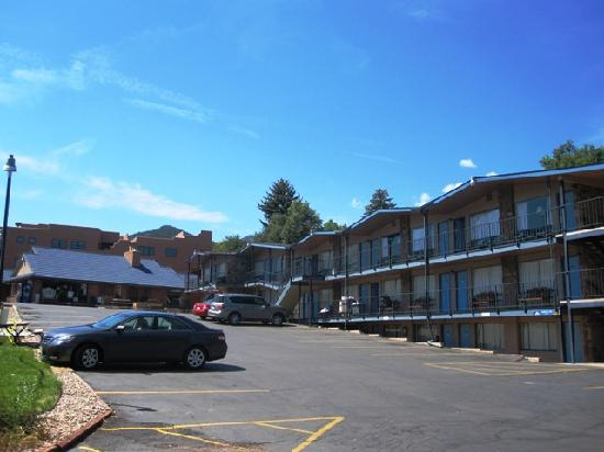 Silver Saddle Motel: looking towards office