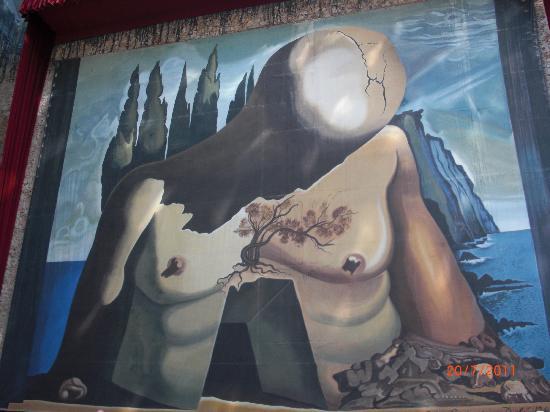 Teatro-Museo Dalí: a huge mural