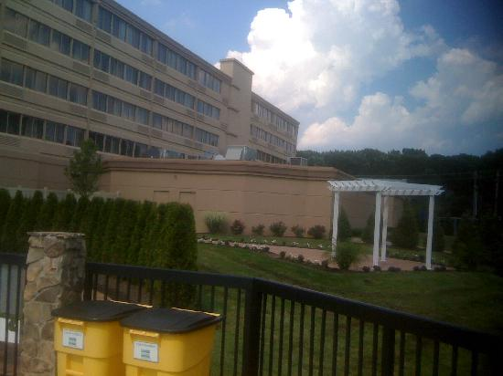 DoubleTree by Hilton Hotel Tinton Falls - Eatontown: View of the Back of the Hotel