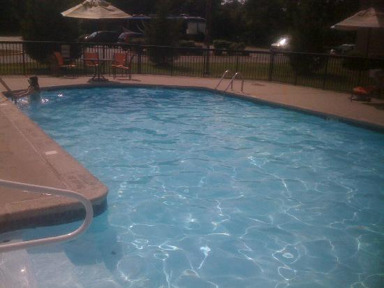 DoubleTree by Hilton Hotel Tinton Falls - Eatontown: View of the pool