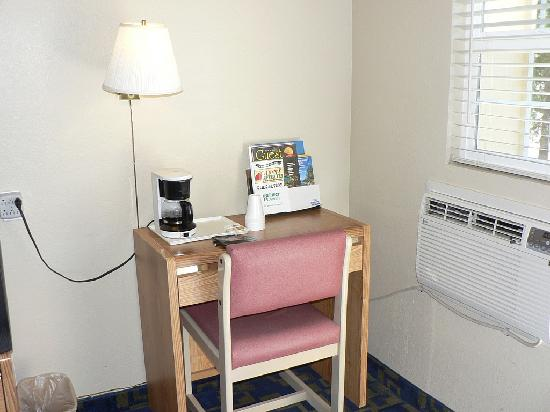 Rodeway Inn Casino Center : Small desk