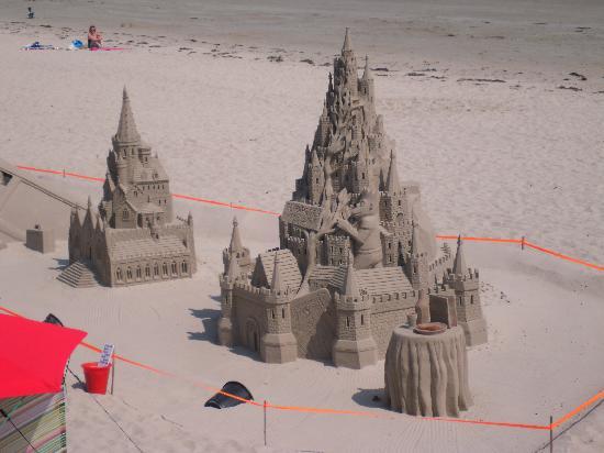 Radisson Blu Waterfront Hotel, Jersey: Sand sculpture St Aubins beach