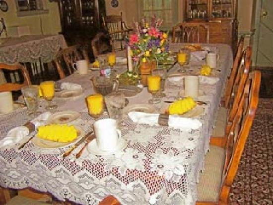 1732 Folke Stone Bed and Breakfast: A scrumptious breakfast is served graciously in the GREAT ROOM on family china amidst great conv