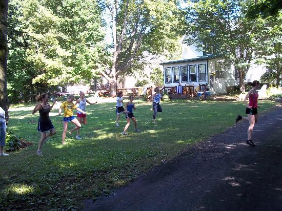 The Elms Waterfront Cottages: Zumba on the lawn!