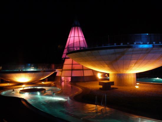 AQUA DOME Hotel : Piscine esterne alla sera