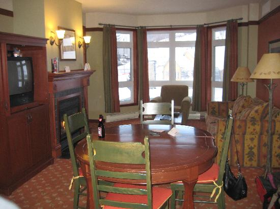 Le Sommet des Neiges : Interior of room. Bedrooms are on each side.