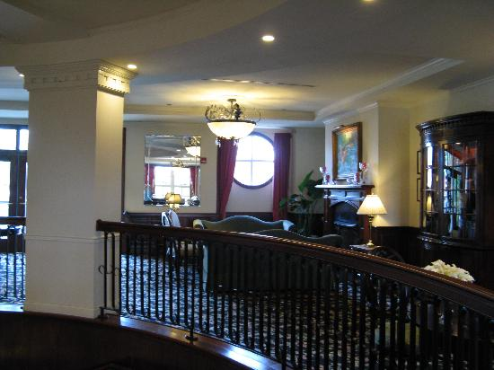 French Quarter Inn: Part of the lobby by the circular staircase