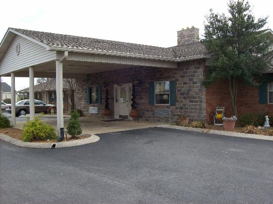 Hearthstone Inn : Outside front