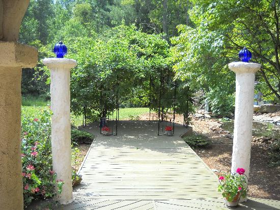 Bella La Vita Inn: A little water feature near the gazebo
