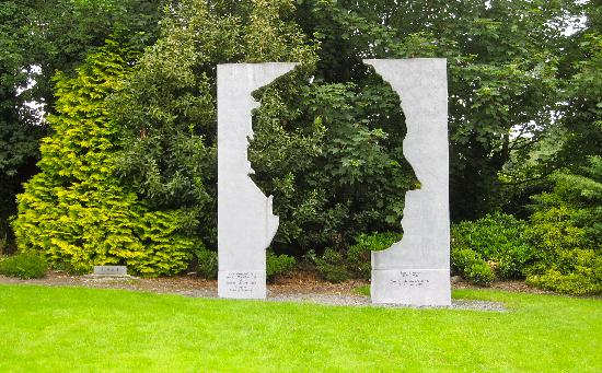 Listowel, Irlandia: John B. Keane sculpture in the Garden of Europe.