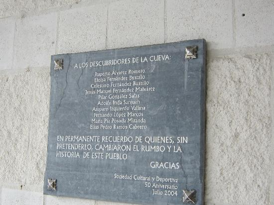 Memorial plaque for the young discoverers of Tito Bustillo