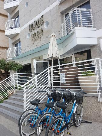 ‪ذا سافوي تل أبيب سي سايد: Outside the hotel/complimentary bikes.‬