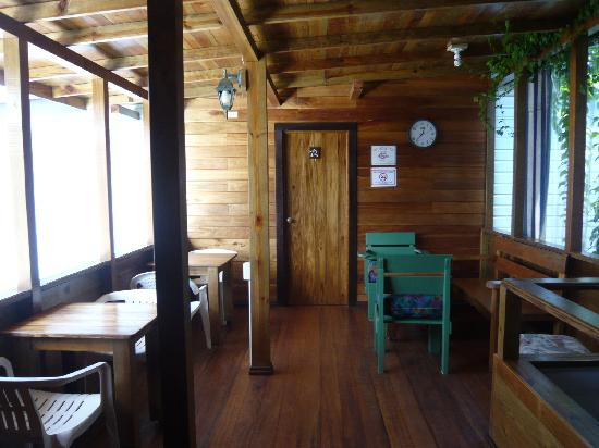 Hostal Hansi: la entrada del hostal