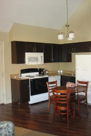 Eastland Suites Hotel & Conference Center: Kitchen in the 2-Story Suite