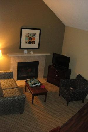 Eastland Suites Hotel & Conference Center: Living Room in the 2-Story Suite