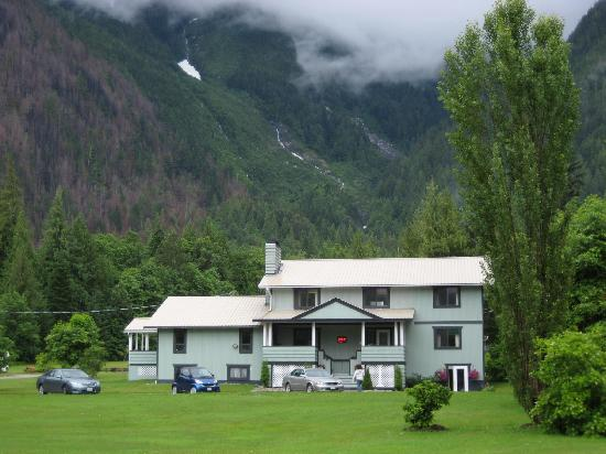 Bella Coola's Eagle Lodge: from the main road