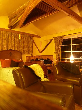 Lillooet Lake Lodge: Cabin interior..cosy!