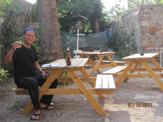 Pisa Tower Hostel : eating in the court yard