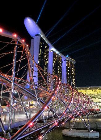 Marina Bay Sands: Hotel at night