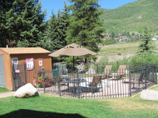 VRI Streamside at Vail - Aspen: Hot tub by the river