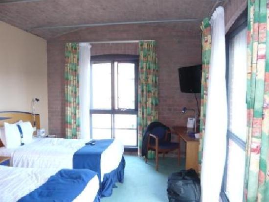 Holiday Inn Express Liverpool-Albert Dock: Room interior - corner room