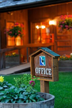 Lake Creek Lodge: The Lodge Entrance and Office
