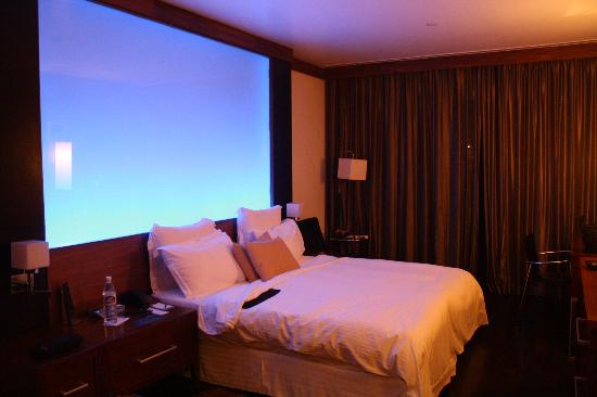 Le Meridien New Delhi: The bed and mood lighting wall (room 1608 - I think)